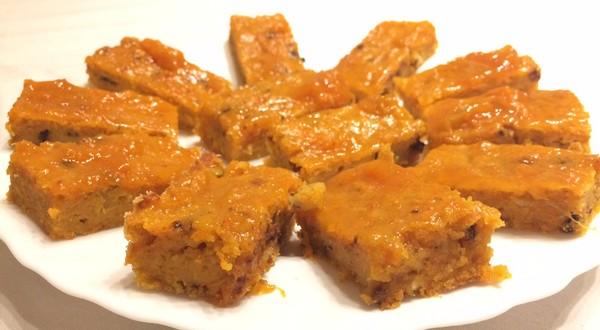 mrkvový koláč potretý domácim marhuľovým džemom