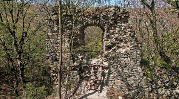 Torzo paláca s gotickým oknom hradu Biely Kameň