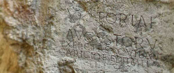 nápis na skale