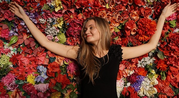 šťastná leží na kvetoch