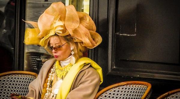 móda žena s extravagantným klobúkom