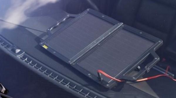 darčeky pre mužov - solárna nabíjačka autobatérií