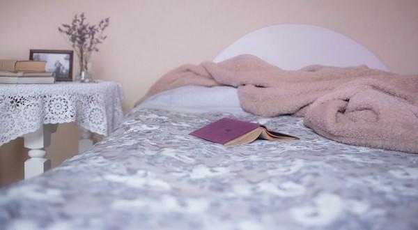 posteľ a kvalitný spánok