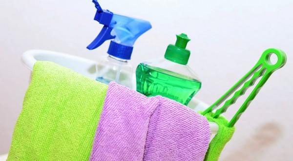 poupratovať čistiace prostriedky