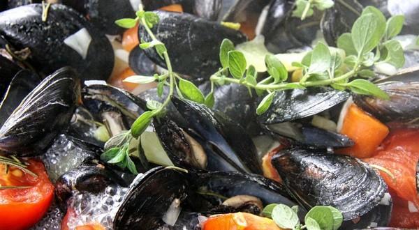 Oregano sa vynikajúco hodí k morským plodom.