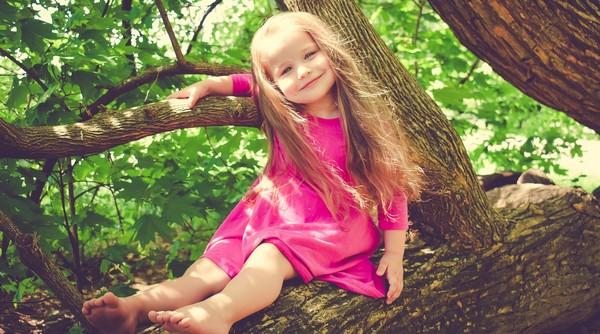 Montessori metóda dieťa na strome