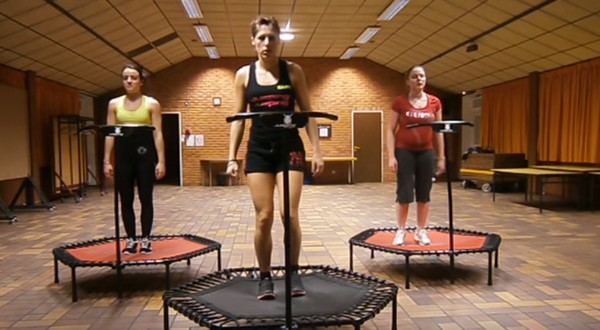 cvičenie na trampolíne jumping