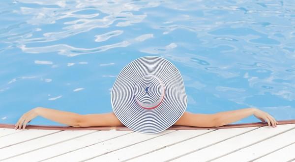 žena v bazéne si užíva dovolenku
