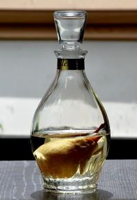 hruškovica fľaša v nej je hruška
