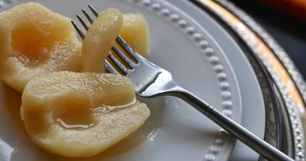 hruškový kompót na tanieri