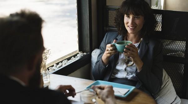 muž a žena pri stole v kaviarni