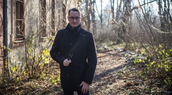 Jozef Karika a novinka Priepasť