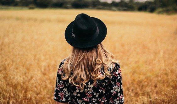 dievča v poli s klobúkom na hlave | módne trendy na jeseň