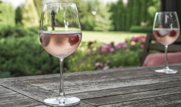 vychutnajte si víno s kockami ovocia