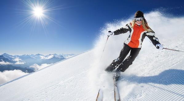 lyžovanie, lyžiarske oblečenie, zimný šport. lyžiarske oblečenie