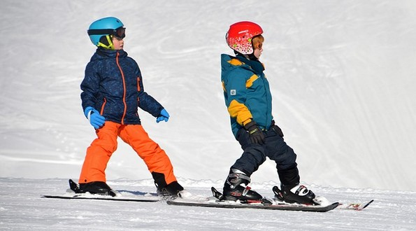 deti lyžujú, lyžovanie v zime, deti a lyže