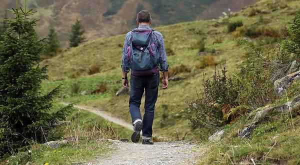 muž na túre výlety a príroda
