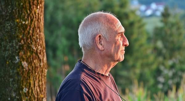 starší muž a lesný kúpeľ