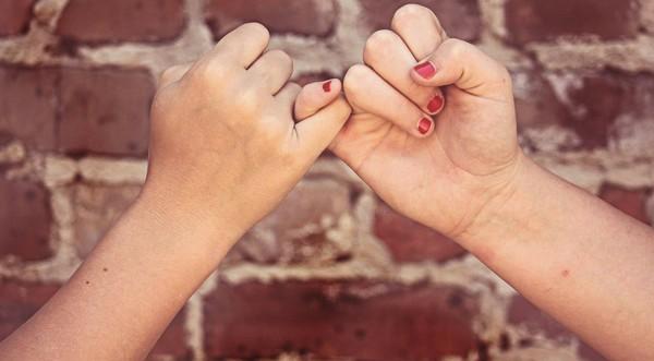 priateľstvo prepletené prsty