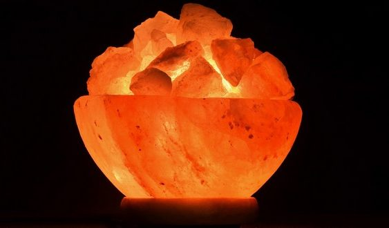 soľná lampa rozsvietená