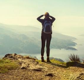 žena na skale výhľad