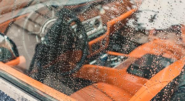 auto zapršané okno