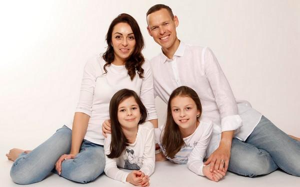 Matej Tóth s rodinou - manželka Lenka a dcéry