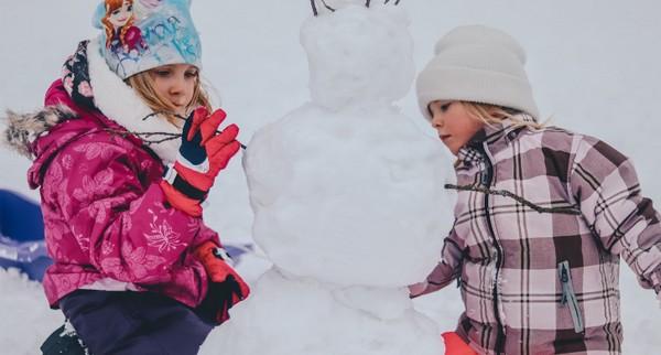 deti sa hrajú v snehu