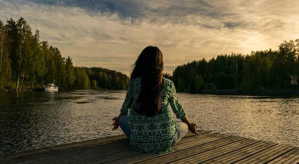 pohoda a pokoj žena na brehu jazera
