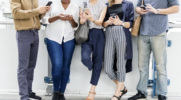 sledovanie priateľov na sociálnych sieťach