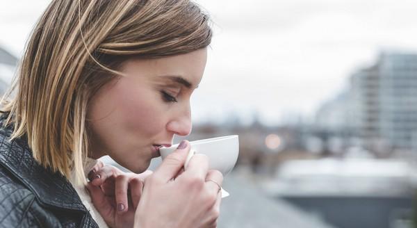 žena pije kávičku
