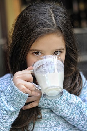 dievča pije probiotickú limonádu