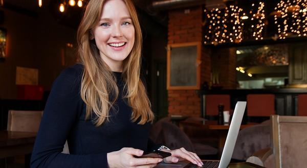 mladá žena za počítačom