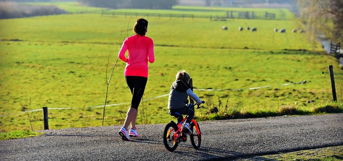 žena behá s dieťaťom