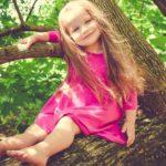 dievča na strome