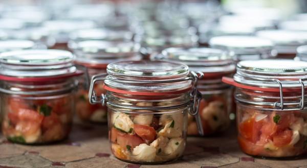 jedlo v sklenených nádobách