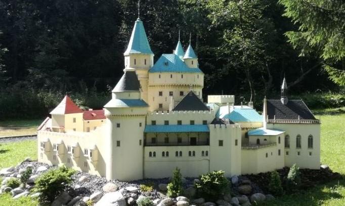 miniatúra Bojnického zámku v parku na Liptove