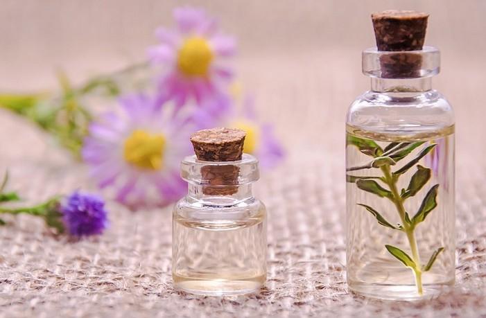 fľaštička a esenciálne oleje