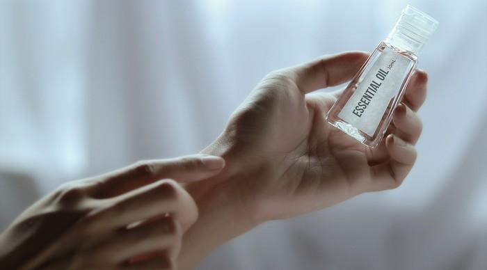 esenciálne oleje ruka