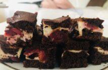 čerešňovo-čokoládový tvarohový koláč