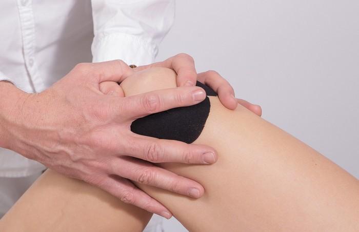 zranenie kolena tejp