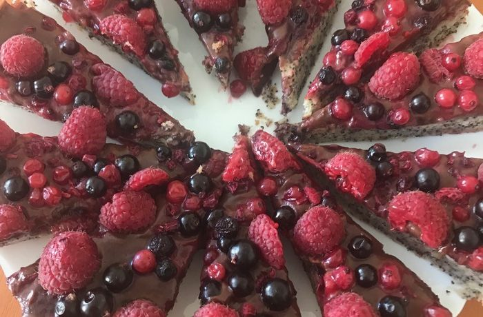 maková torta s čokoládou a ovocím