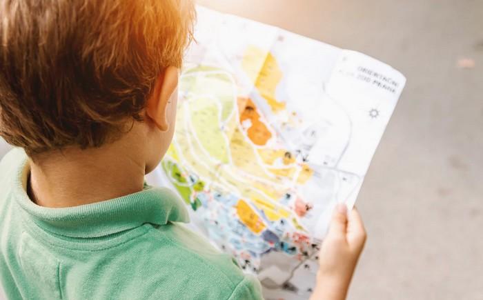chlapec číta mapu