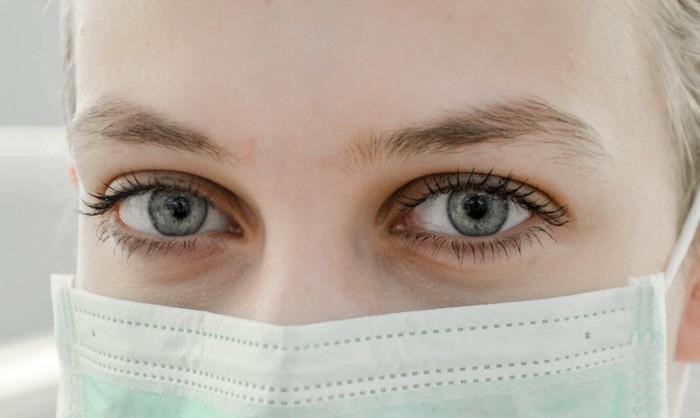 lekárka s rúškom na tvári