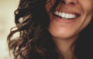 úsmev ženy
