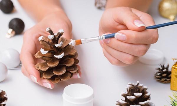 maľované šišky - vianočné dekorácie
