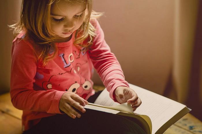 dievčatko číta z knihy