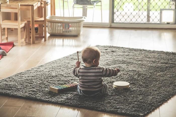 dieťa na koberci