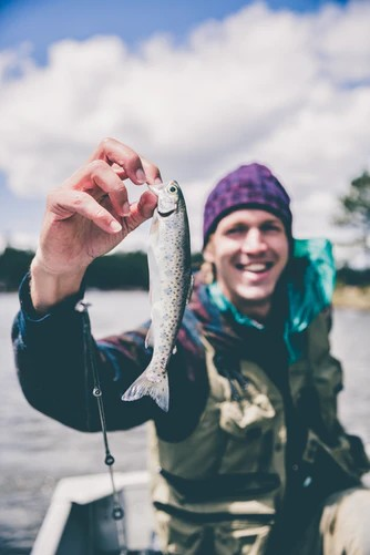 usmiaty a šťastný rybár