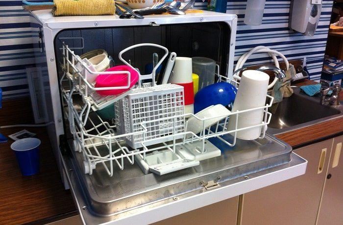 odstráňte zápach z umývačky riadu